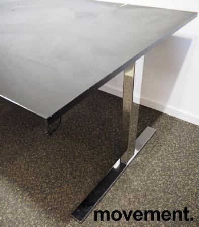 Skrivebord med elektrisk hevsenk fra Ragnars i sort linoleum / krom, 200x100cm, pent brukt bilde 2