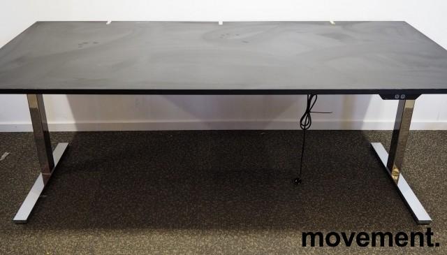 Skrivebord med elektrisk hevsenk fra Ragnars i sort linoleum / krom, 200x100cm, pent brukt bilde 3