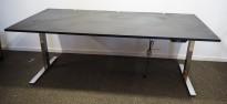Skrivebord med elektrisk hevsenk fra Ragnars i sort linoleum / krom, 200x100cm, pent brukt