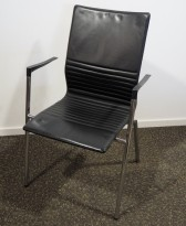 Konferansestol i sort skinnimitasjon / krom, armlene, pent brukt
