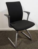 Konferansestol/besøksstol: Håg H04 Comm 4470 i sort stoff, grålakkerte ben, pent brukt