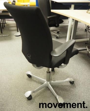Kontorstol: Håg H04 4400 i sort stoff, armlene i sort, kryss i grått, pent brukt bilde 2