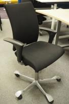 Kontorstol: Håg H04 4400 i sort stoff, armlene i sort, kryss i grått, pent brukt