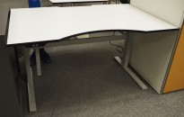 Ragnars elektrisk hevsenk bord i lysegrått (nesten hvitt), med sort kant, 140x90cm med innsving/magebue, pent brukt