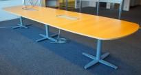 Møtebord fra Kinnarps i bøk finer, føtter i grått, 440x120cm, passer for 14-16 personer, pent brukt