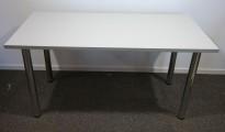 Skrivebord i lyst grått / krom, 150x75cm, pent brukt