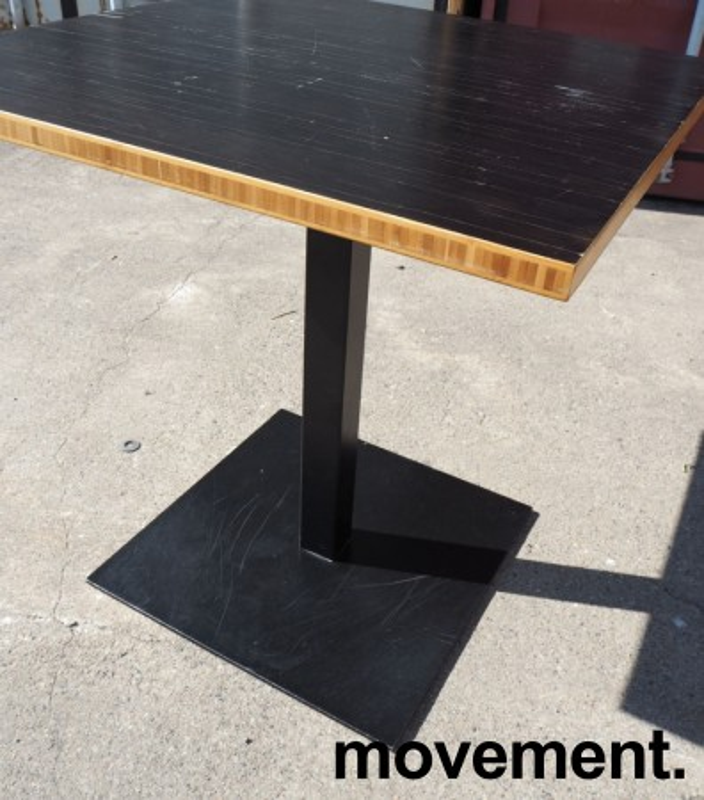 Kafebord med plate i sortlakkert bambus, natur kant, understell i sortlakkert metall, 70x70cm, H=73cm, pent brukt bilde 3