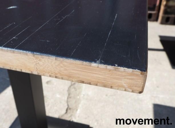 Kafebord med plate i sortlakkert bambus, natur kant, understell i sortlakkert metall, 70x70cm, H=73cm, pent brukt bilde 4