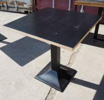 Kafebord med plate i sortlakkert bambus, natur kant, understell i sortlakkert metall, 70x70cm, H=73cm, pent brukt