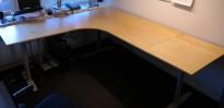 Hjørneløsning / skrivebord med elektrisk hevsenk i bjerk fra Linak. 200x220cm, pent brukt