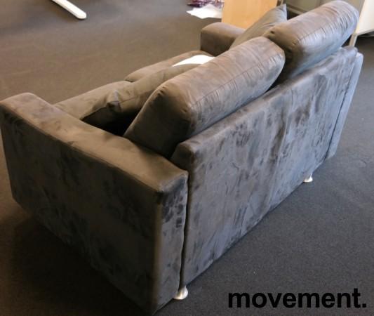 Loungesofa: 2-seter sofa fra Fjords i mørkt grått mikorfiberstoff, bredde 140cm, pent brukt bilde 3
