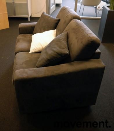 Loungesofa: 2-seter sofa fra Fjords i mørkt grått mikorfiberstoff, bredde 140cm, pent brukt bilde 2