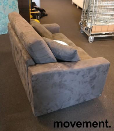 Loungesofa: 2-seter sofa fra Fjords i mørkt grått mikorfiberstoff, bredde 140cm, pent brukt bilde 4