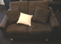 Loungesofa: 2-seter sofa fra Fjords i mørkt grått mikorfiberstoff, bredde 140cm, pent brukt