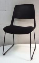 Konferansestol i sort, sortlakkert meieunderstell, sete trukket i sort stoff, modell V206E11, NY/UBRUKT
