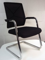 Konferansestol / besøksstol, understell i krom, armlene, sort stoffsete, sort meshrygg, modell V207B11, NY/UBRUKT