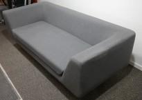 2-seter loungesofa i grått stoff fra Modus, modell: Bernard, design: Simon Pengelly, bredde 195cm, pent brukt
