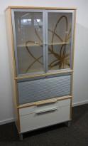 Skap med vitrinedører / sjalusidør i bjerk fra IKEA, bredde 85cm, høyde 175cm, pent brukt