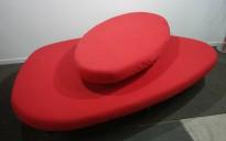 Stor statement-sofa / loungemøbel til resepsjon eller lignende, rødt stoff / krom ben, ca 225cm, bredde, pent brukt