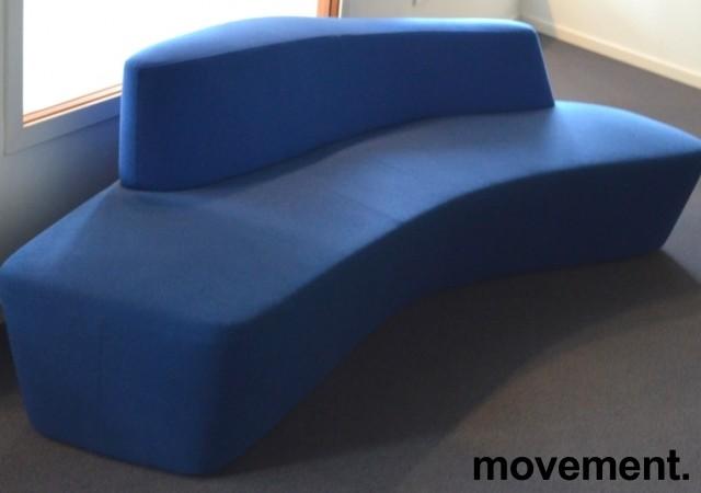 Lekker sofa / lounge fra Tacchini, Polar, design: Pearson Lloyd, to blåtoner, bredde 234cm, pent brukt bilde 1