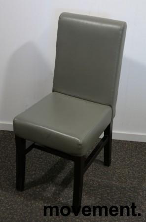 Kaféstol / restaurantstol i grå skinnimitasjon / ben i mahognibeiset tre, pent brukt bilde 1