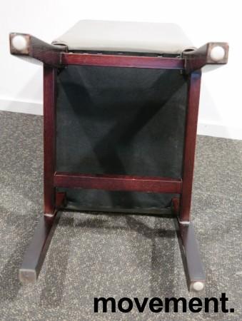 Kaféstol / restaurantstol i grå skinnimitasjon / ben i mahognibeiset tre, pent brukt bilde 4