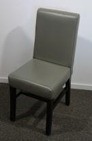 Kaféstol / restaurantstol i grå skinnimitasjon / ben i mahognibeiset tre, pent brukt