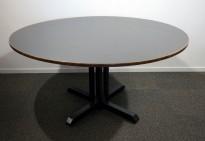 Kafebord med plate i brunt, understell i sortlakkert metall, Ø=150cm H=76cm, pent brukt