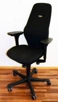 Kontorstol: Kinnarps Plus [8] med høy rygg, gelarmlene, sort stofftrekk, sort fotkryss, pent brukt
