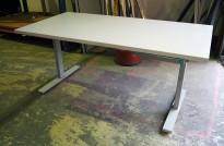 Skrivebord med elektrisk hevsenk i lys grå fra Linak, 160x80cm, pent brukt med noe slitasje