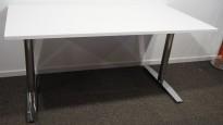 Skrivebord i hvitt / krom fra Svenheim, 160x80cm, pent brukt understell med ny plate