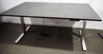 Skrivebord med elektrisk hevsenk fra Ragnars i sort linoleum / krom, 160x100cm, pent brukt