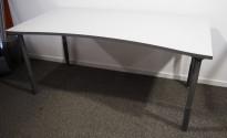 Skrivebord i lys grå / mørk grå kant, 160x80cm fra Isku, pent brukt