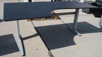Skrivebord med elektrisk hevsenk i sort fra Linak, 200x120cm, venstreløsning, pent brukt