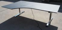 Skrivebord med elektrisk hevsenk i sort / krom fra Linak, 200x120cm, venstreløsning, pent brukt