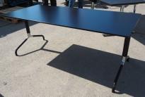 Skrivebord / møtebord / kantinebord i sort fra Randers, 180x80cm, pent brukt