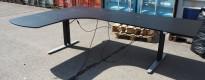 Skrivebord med elektrisk hevsenk i sort / grått, 200x170cm, venstreløsning, pent brukt