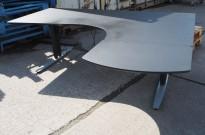 Skrivebord med elektrisk hevsenk i sort / grått, 180x170cm, høyreløsning, pent brukt