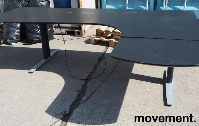 Skrivebord med elektrisk hevsenk i sort / grått, 200x170cm, høyreløsning, pent brukt bilde 2