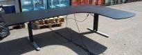 Skrivebord med elektrisk hevsenk i sort / grått, 200x170cm, høyreløsning, pent brukt