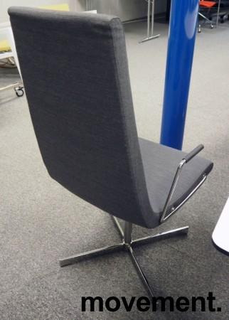 ForaForm Clint konferansestol i grått stoff med høy rygg, understell i krom, armlene pent brukt bilde 2