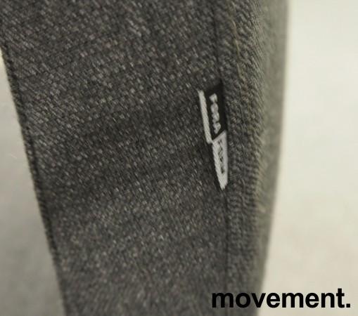 ForaForm Clint konferansestol i grått stoff med høy rygg, understell i krom, armlene pent brukt bilde 3