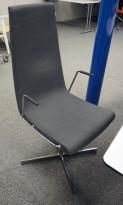 ForaForm Clint konferansestol i grått stoff med høy rygg, understell i krom, armlene pent brukt