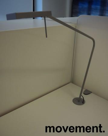 Skrivebord med elektrisk hevsenk fra Svenheim, 160x90cm, hvitt / grått, Luxo Ninety bordlampe, pent brukt bilde 3