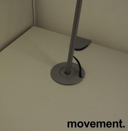 Skrivebord med elektrisk hevsenk fra Svenheim, 160x90cm, hvitt / grått, Luxo Ninety bordlampe, pent brukt bilde 4