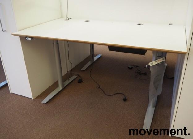 Skrivebord med elektrisk hevsenk fra Svenheim, 160x90cm, hvitt / grått, Luxo Ninety bordlampe, pent brukt bilde 2