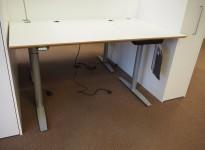 Skrivebord med elektrisk hevsenk fra Svenheim, 160x90cm, hvitt / grått, Luxo Ninety bordlampe, pent brukt