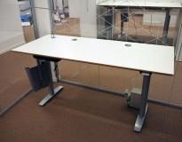 Skrivebord med elektrisk hevsenk fra Svenheim, 160x70cm, hvitt / grått, Luxo Ninety bordlampe, pent brukt