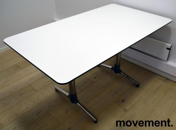 NEXT kompakt møtebord / kantinebord / skrivebord i hvitt, krom understell fra ForaForm, 140x80cm, pent brukt bilde 3