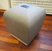 Sittepuff / krakk / pall fra ForaForm, modell Misto i grått stoff,  43cm sittehøyde, design: Olav Eldøy, pent brukt